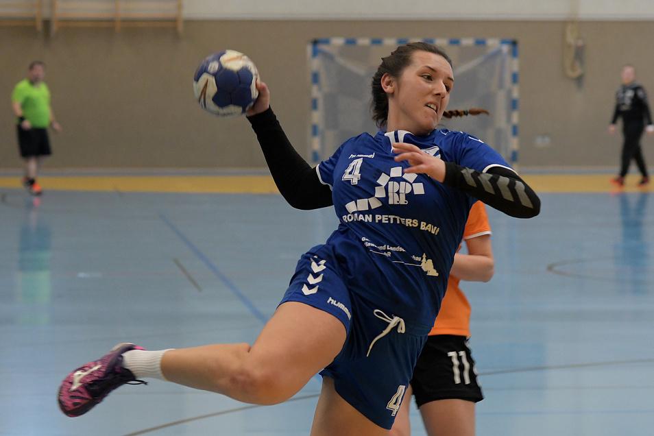 Jessica Eisold steuerte zum Sieg der Neudorf/Döbelnerinnen sechs Tore bei. Da sie den 40. Treffer erzielte, darf sie auch noch einen Kuchen fürs Team backen.