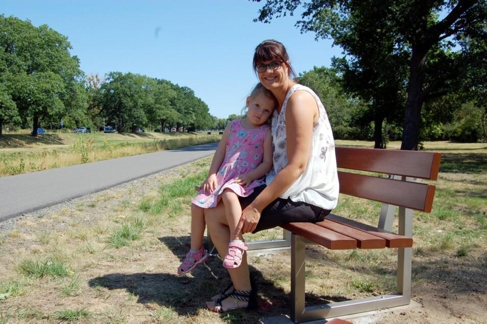 Kurze Pause für Catrin Grüneberg und Töchterchen Mathilda. Am Weg auf dem Elsterdamm finden sich neuerdings gleich sechs Sitzbänke.