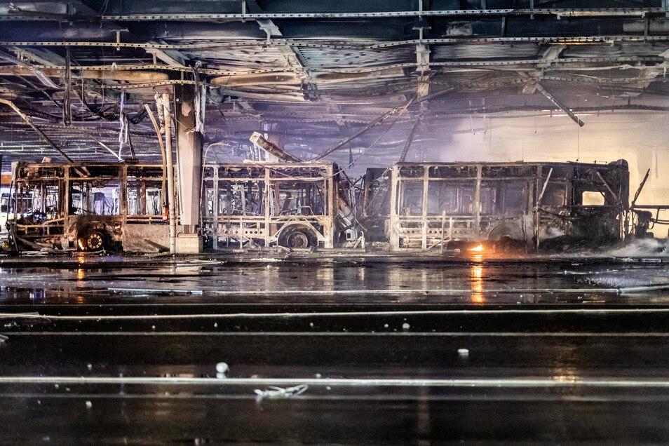 Im Busdepot des Stuttgarter Verkehrsbetreibers SSB im Stuttgarter Osten steht ein ausgebrannter Bus.
