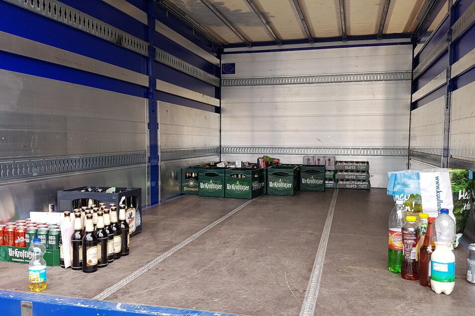 In einem Lkw des Technischen Hilfswerks (THW) sammelt die Polizei sämtlichen Alkohol ein, der bei den Rechtsextremisten gefunden wird, die auf das Gelände des Hotels Neißeblick wollen.