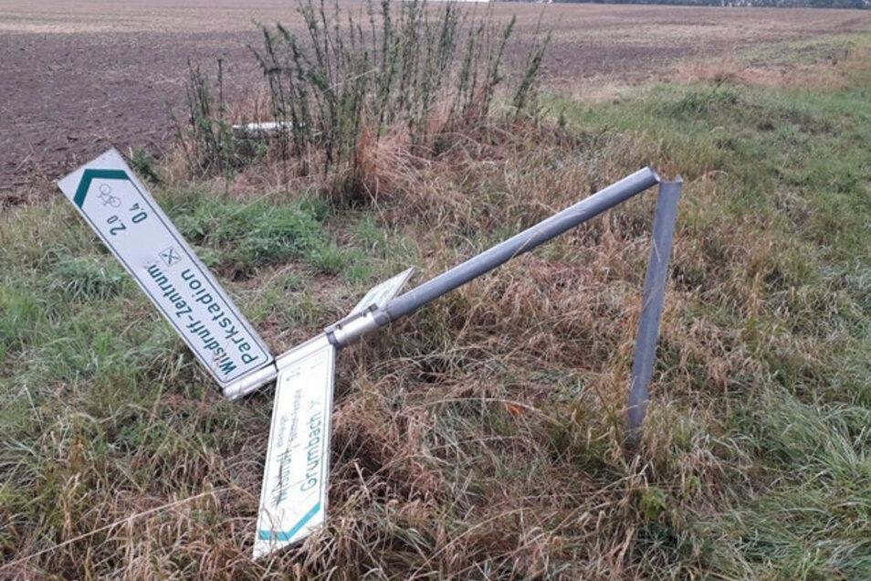 Der Pfahl dieses Wegweisers wurde offenbar mit einem mobilen Winkelschleifer durchtrennt. Die Polizei hat die Täter ermittelt.