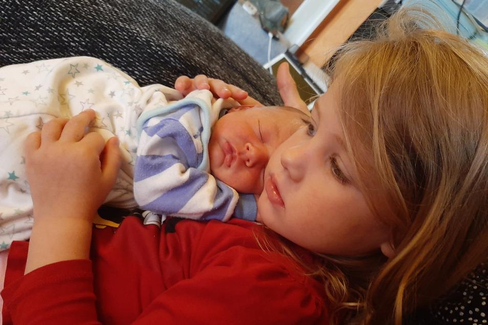 Lucas mit Schwester Lea, geboren am 23. Mai, Geburtsort: Dresden, Gewicht: 3.200 Gramm, Größe: 50 Zentimeter, Eltern: Franziska und René Philippidis, Wohnort: Dresden