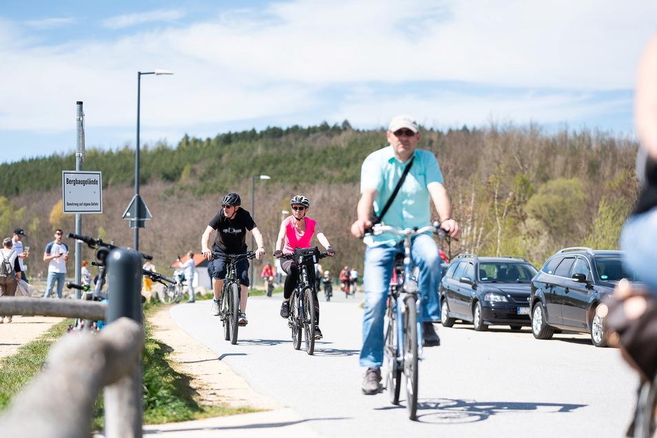 Radfahrer auf der Strandpromenade am Berzdorfer See: So sah am Sonntag der Saisonstart aus.