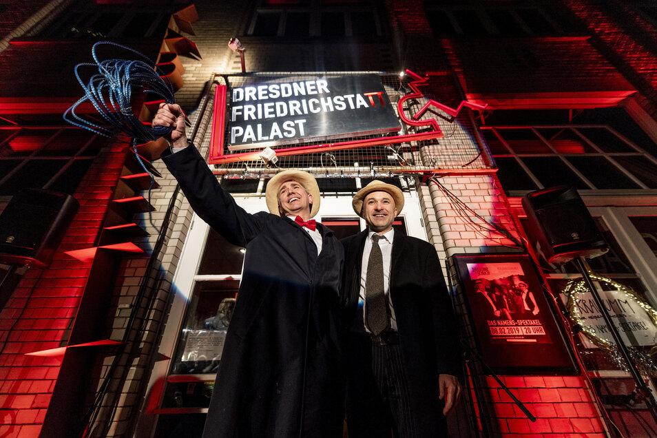 """Im vergangenen Jahr enthüllten Thomas Schuch (l.) und Micha Winkler den neuen Namen """"Dresdner Friedrichstatt-Palast"""". Zuvor hier das Kabarett Breschke & Schuch."""