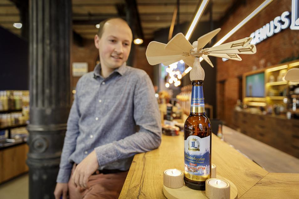 Landskron-Mitarbeiter Thomas Ziegler zeigt die Bier-Pyramide.