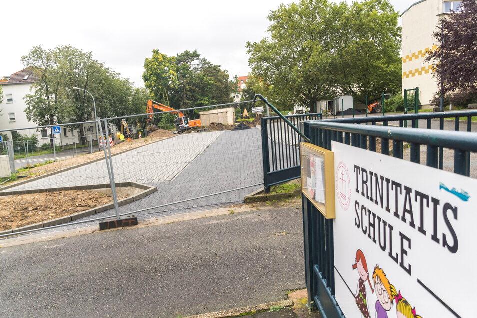 An der Trinitatisschule wird der neue Elternparkplatz (Abhol- und Bringezone) gebaut.
