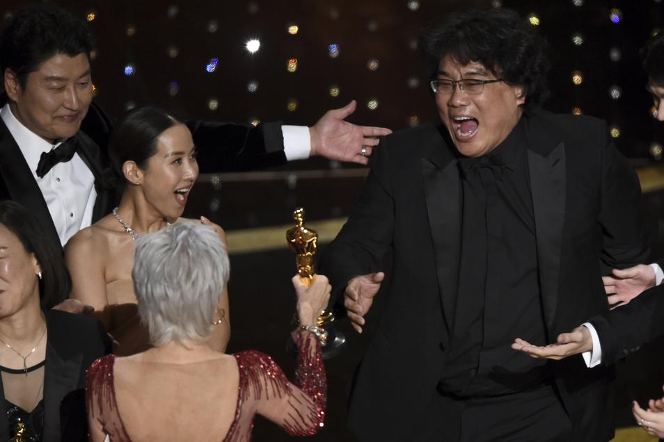 """Bong Joon Ho, Regisseur des Films """"Parasite"""" nimmt bei der 92. Verleihung der Academy Awards im Dolby Theatre den Oscar für den besten Film entgegen."""