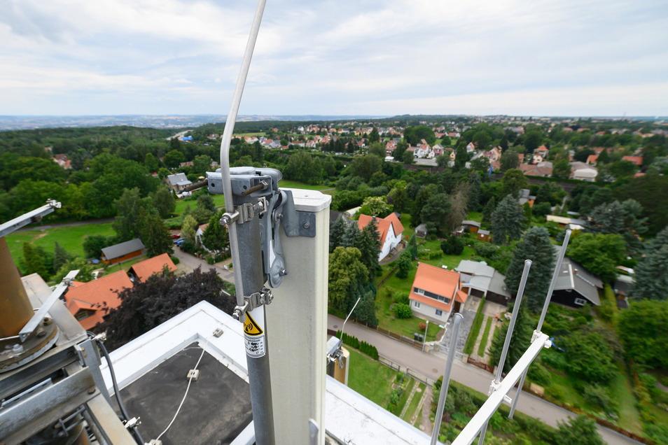 Ein Mobilfunkmast ist auf einem alten Wasserturm im Dresdner Stadtteil Hellerau installiert. Hier hat das Unternehmen Vantage Towers einen von knapp 20.000 Standorten in Deutschland.
