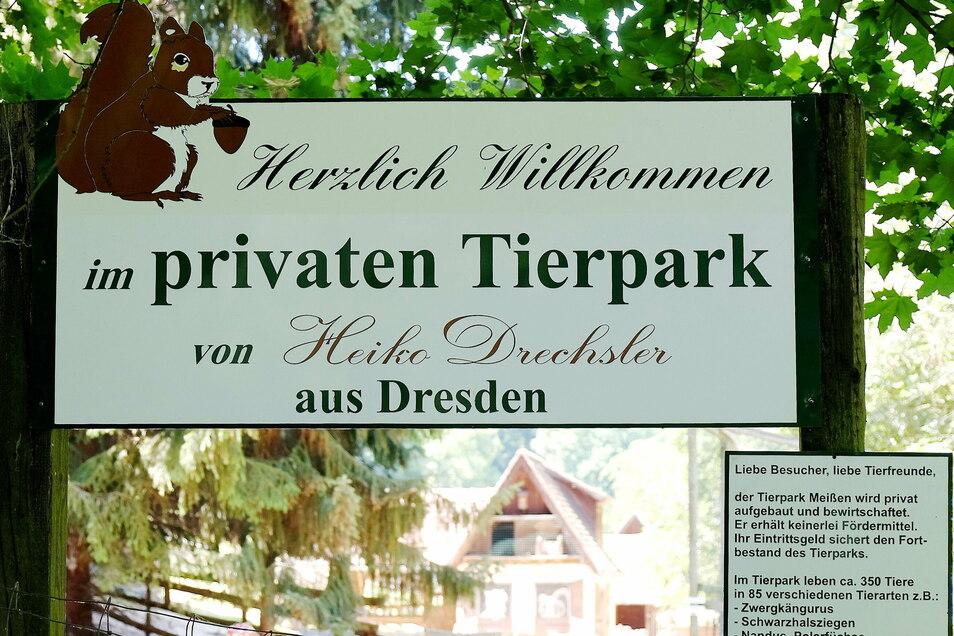 Mit einem Schild hat Tierparkchef Heiko Drechsler in der Vergangenheit klar gemacht, dass es sich bei der Anlage in Siebeneichen um eine private, nicht um eine städtische Institution handelt.