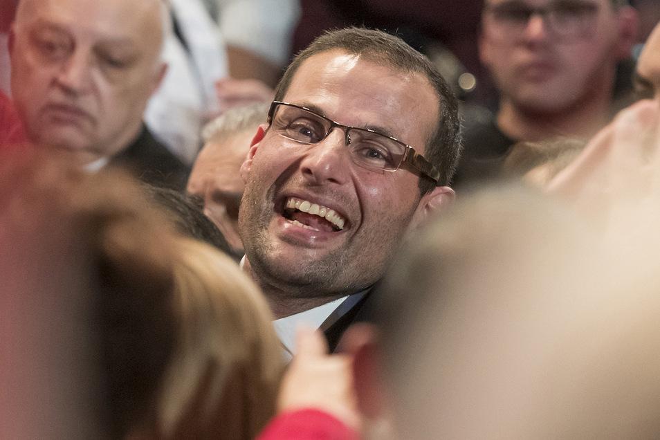 Robert Abela  freut sich nach seiner Wahl zum Vorsitzenden der Labour-Partei mit seinen Anhängern. Der Rechtsanwalt soll am Montag als Premierminister von Malta vereidigt werden.