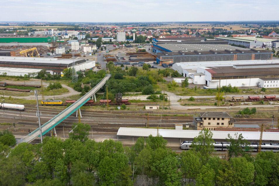 Ein Blick über das Riesaer Bahnhofsgelände auf das Feralpi-Stahlwerk. Das Wolfsvideo endet am weißen Gebäude, Bildmitte rechts.