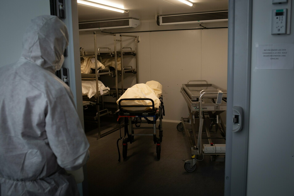 Normalerweise brauche man von der Einlieferung ins Krematoriums bis zur Einäscherung fünf Tage, derzeit seien es in Sachsen zehn.