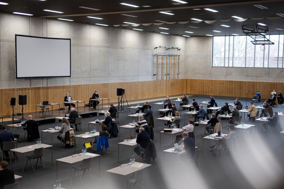 Der Görlitzer Stadtrat in seiner Sitzung am Donnerstag. Zurzeit wird in der Emil-von-Schenckendorff-Sporthalle getagt, um die Abstände zu wahren.