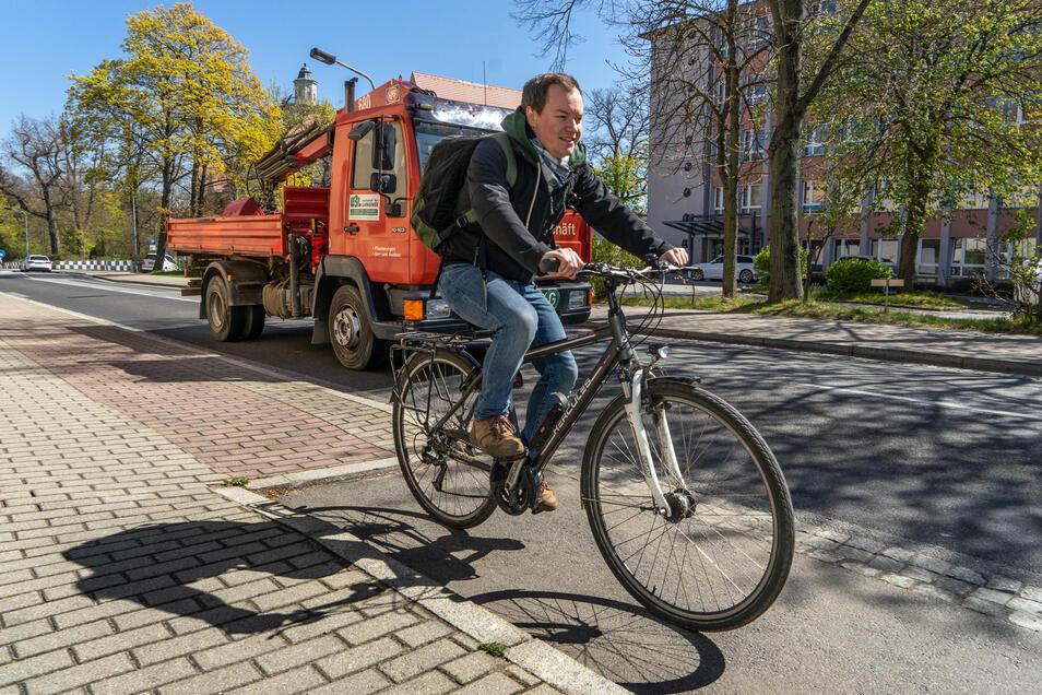 Dirk Hladik fährt oft mit dem Rad, obwohl es in Bischofswerda viele gefährliche Stellen gibt - zum Beispiel hier am Altersheim an der Bautzener Straße. Da mündet der Radweg unmittelbar vor einer vielbefahrenen scharfen Kurve in die Straße.