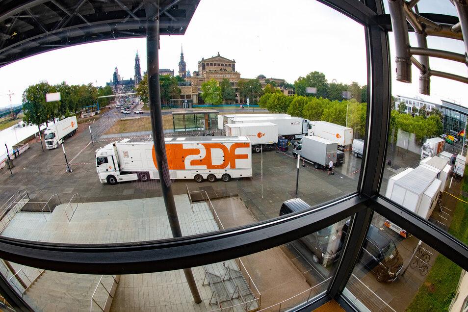 Vor dem Landtag in Dresden postieren sich die ersten von Dutzenden Übertragungswagen.