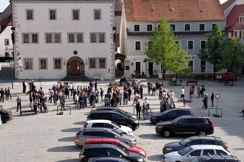 Die locker Versammelten auf dem Marktplatz.