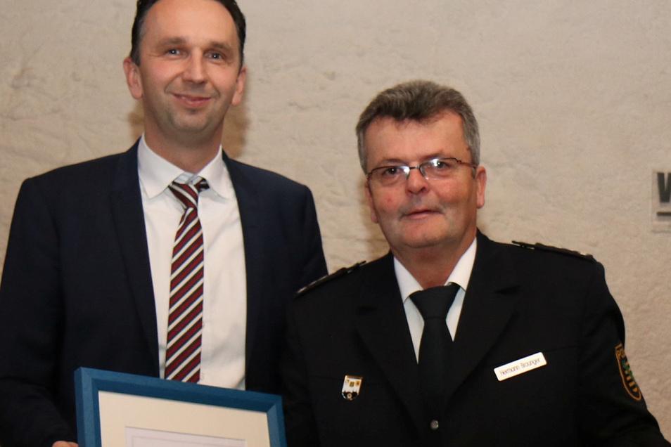 OB Marco Müller ehrt den scheidenden Polizeichef Hermann Braunger mit der Ehrenmedaille.