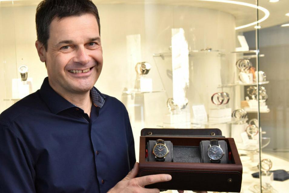 Mühle-Geschäftsführer Thilo Mühle zeigt die Schatulle mit dem Uhrenset zur Deutschen Einheit.
