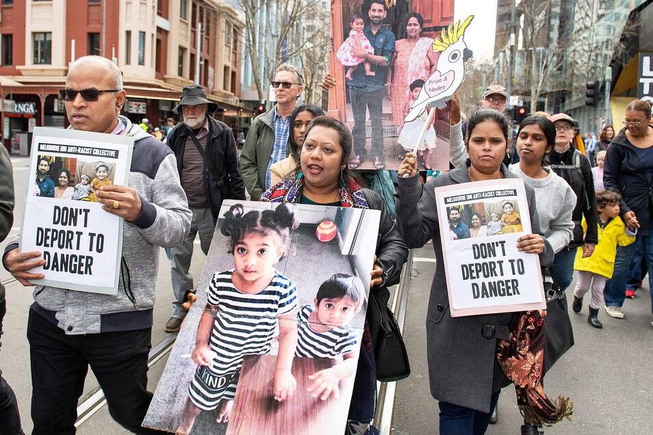 Demonstranten nehmen mit Plakaten an einer Kundgebung teil, um gegen die Abschiebung der tamilischen Familie Murugappan nach Sri Lanka zu protestieren.