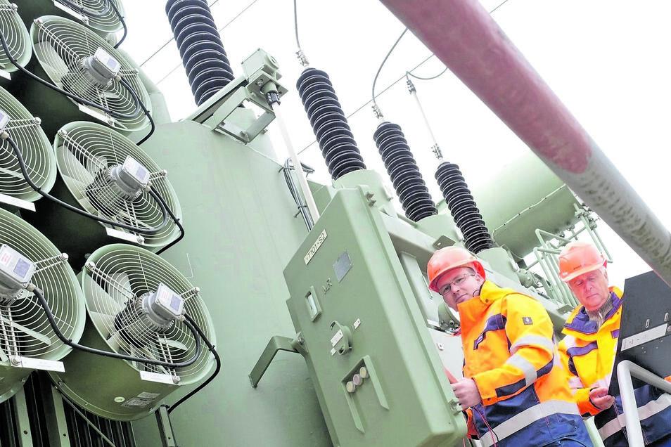 Steffen Müller und William Bittner von Enso Netz kontrollieren einen Transformator im Umspannwerk an der Niederauer Straße in Meißen. Im Sommer wird dieser durch eine kleine Kühlanlage auf Temperatur gehalten.