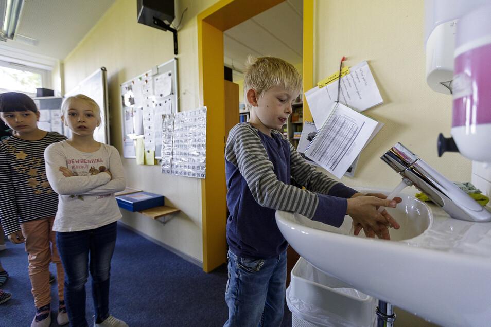 In der Grundschule Schöpstal fängt der Schultag mit Händewaschen an, wie hier in der Klasse 2a.
