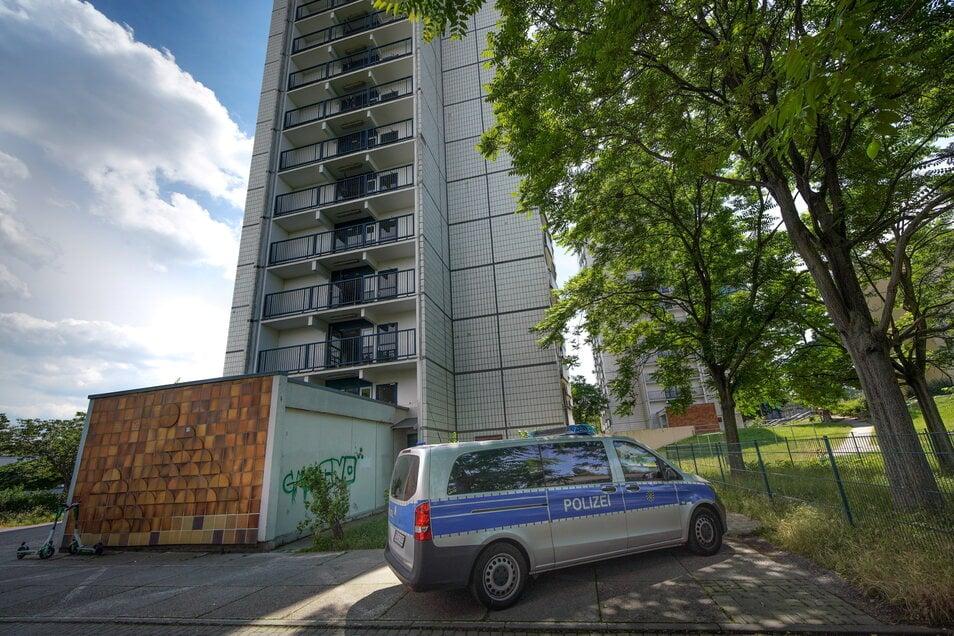 """""""Kein guter Ort"""": In diesem Hochhaus am Amalie-Dietrich-Platz soll ein Mann zu Tode gekommen sein. Die Polizei ermittelt."""