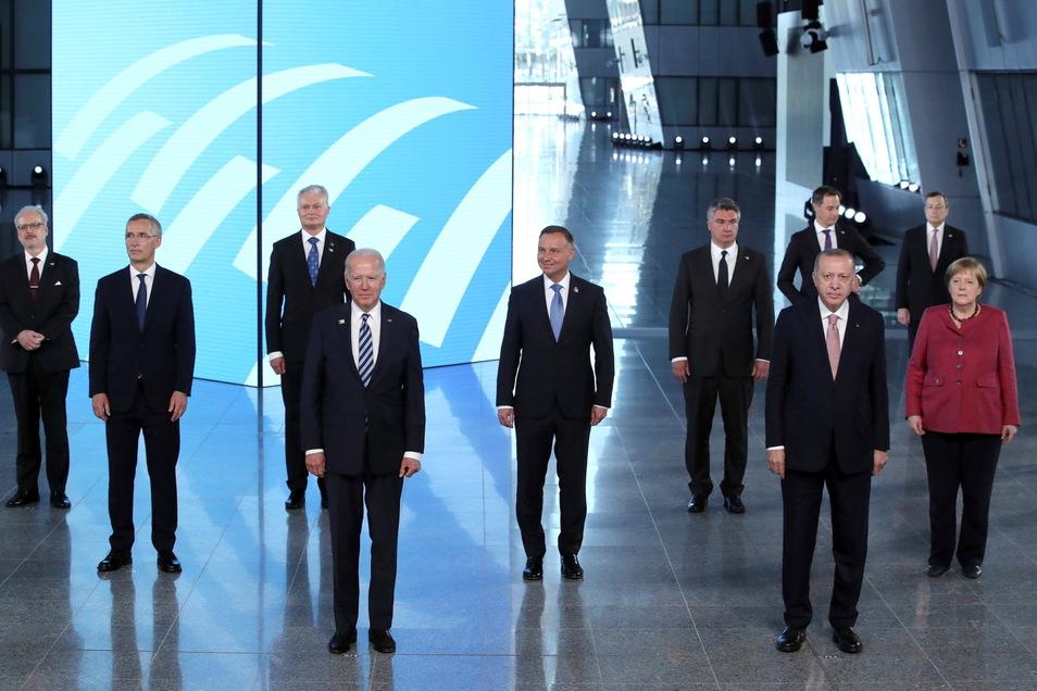 Vertreter der 30 Mitgliedsstaaten stehen in Brüssel beim Gruppenfoto.