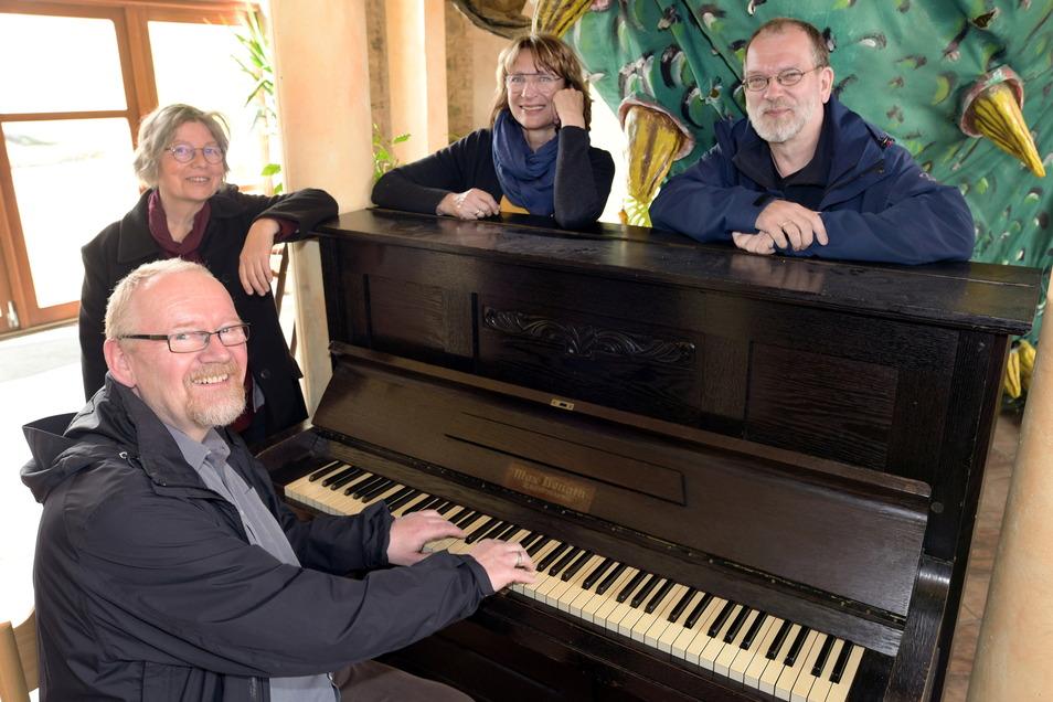 """Der Traumpalast braucht ein neues Piano - und das nicht nur als Begleitung für den Chor """"Chornett"""". Die Chor-Mitglieder Michael Wachler, Angelika Steurich, Sabine Scholz und Michael Steurich (von links) hoffen jetzt auf eine Spendenaktion."""