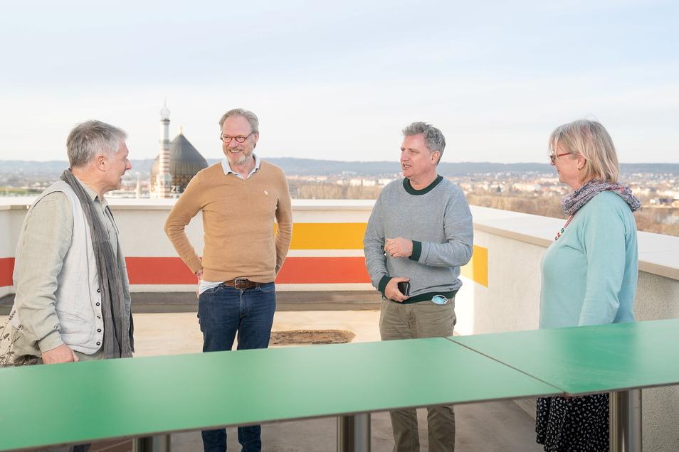 Terrasse mit Aussicht: Chefredakteur Uwe Vetterick (2.v.l.) im Dachcafé vom Haus der Presse mit den Leserbeiräten Mandy Vogel, Volker Neubert (l.) und Heiko Lindemann.