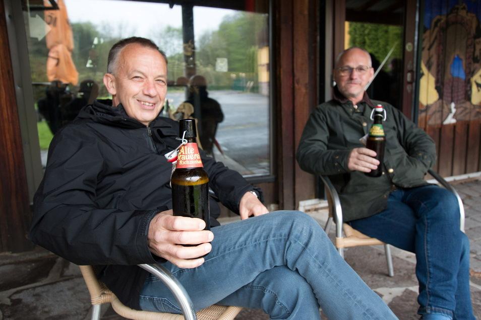 Ernst und Uwe aus Waldheim lassen sich in der Brauerei Richzenhain ein Bier schmecken.