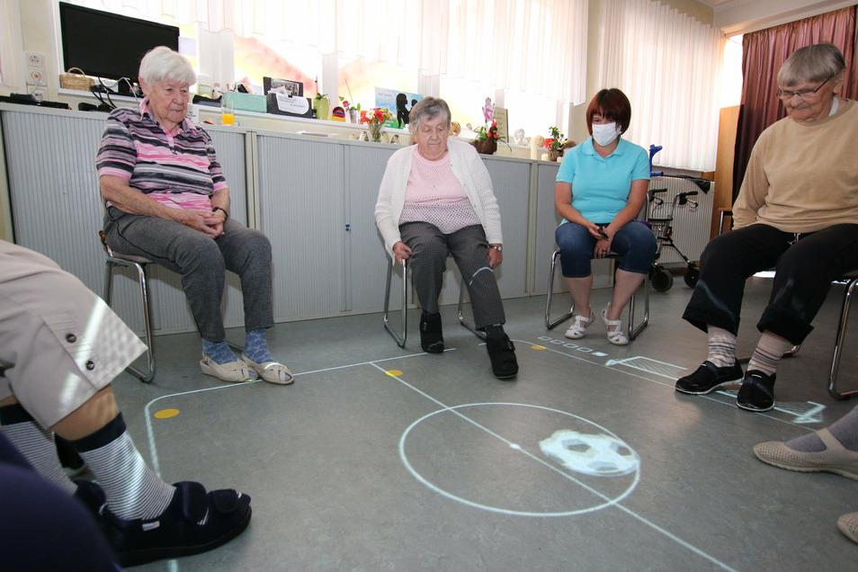 """Regelmäßig treffen sich die Bewohner des Seniorenheims """"Berta Börner"""" in Roßwein zum Spielen. Das digitale Spiel animiert zu Bewegung und bereitet den Senioren noch dazu viel Spaß."""