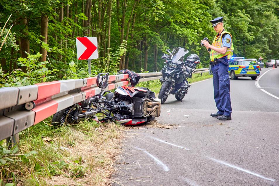 Ein Polizeibeamter an der Unfallstelle auf der S178.