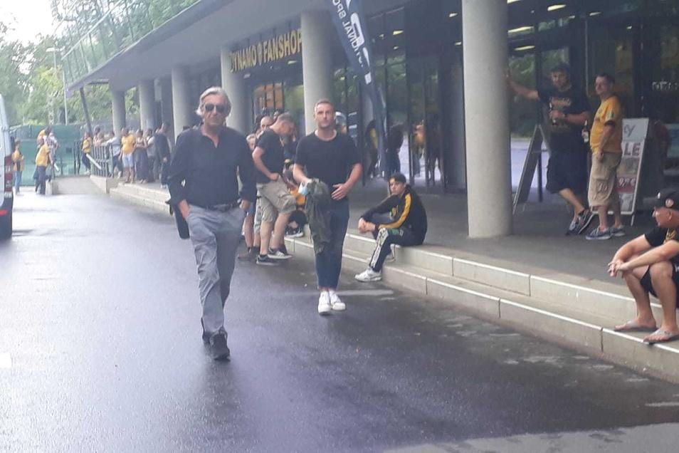 Zum vorerst letzten Mal wird Ralf Minge als Sportchef von Dynamo Dresden ein Spiel verfolgen. Kurz vor 14.30 Uhr erreicht er das Harbig-Stadion, hinter ihm Torwart Kevin Broll.