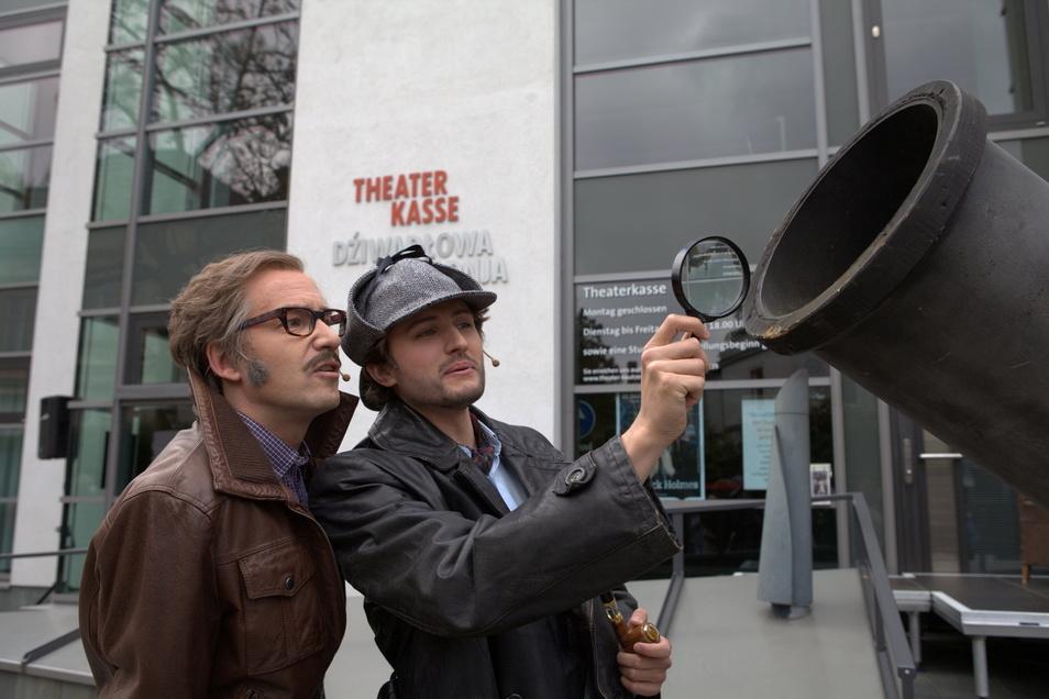 Vor dem Startschuss zum Vorverkauf nehmen Dr. Watson (l.) und Sherlock Holmes die Kanone noch einmal genau unter die Lupe.