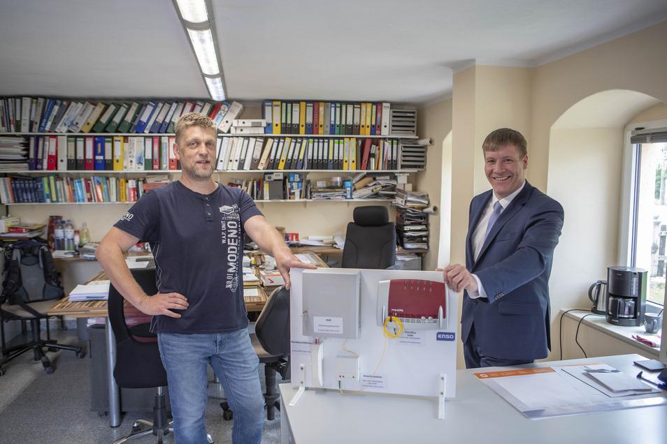 Im Großenhainer Ortsteil Kleinthiemig freuen sich Unternehmer Enrico Grimmer (l.) und Oberbürgermeister Sven Mißbach über den neuen Enso-Glasfaseranschluss.
