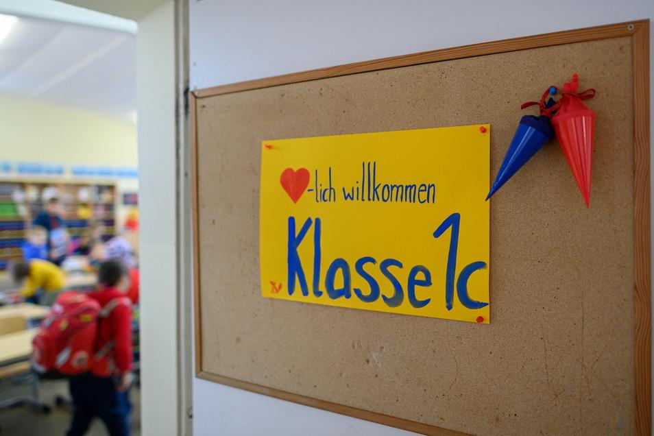 """""""Herzlich Willkommen Klasse 1c"""" steht an einer Tür eines Klassenzimmers in Dresden."""