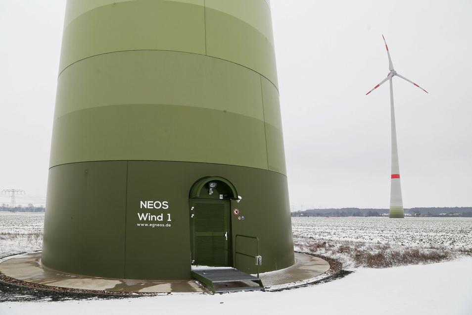 Von der Beschriftung abgesehen, unterscheidet sich das Bürgerwindrad im Windpark Streumen-Glaubitz kaum von den anderen Anlagen ähnlichen Typs in der Umgebung.