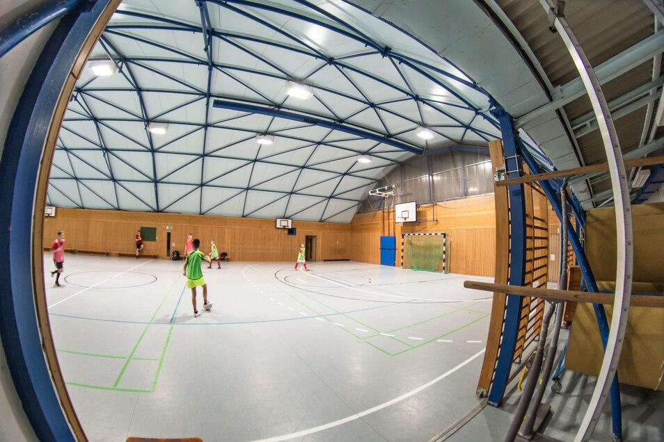 Im Foto sieht die Sporthalle am Rosenplatz schöner aus als sie ist. Eine Sanierung dieser Leichtbauhalle kommt der Stadt teurer als ein Neubau. Jetzt gibt es günstiges Geld dafür.