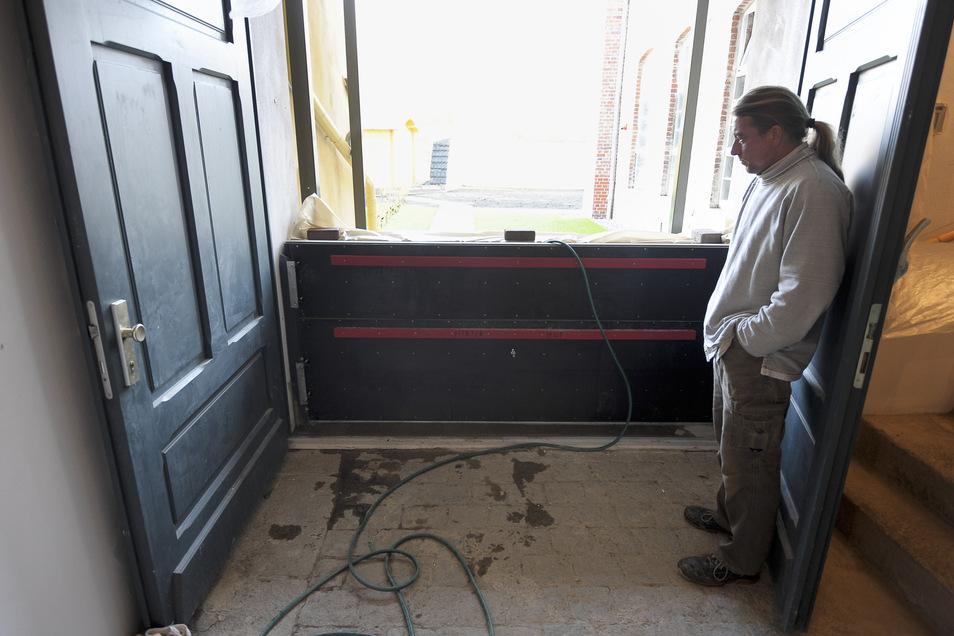 Hochwasser-Test 2012 in der Hotherstraße: Bauleiter Matthias Strohbach betrachtet die Schotten.