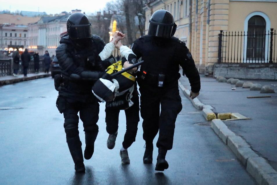 Die Polizei verhaftet einen Mann in St. Petersburg.