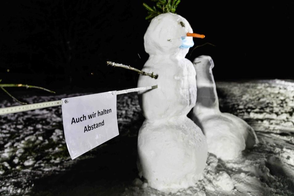 Schneekünstler haben das Winterwetter genutzt und in Radeberg neue Figuren erschaffen.