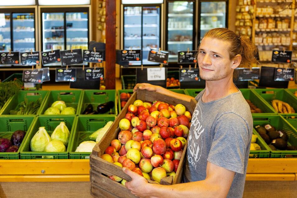 Die meisten Obst- und Gemüsesorten, vor denen Vertriebsleiter Florian Lassig steht, sind auf den Hosterwitzer Feldern gewachsen. Bald sind auch die Kürbisse wieder im Angebot, die im Feld am Wasserwerk Hosterwitz neben den Melonen wachsen.