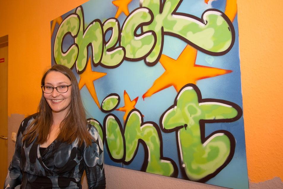 Sina Behrendt steht vor einem kleinen Graffiti im Jugendfreizeitzentrum Checkpoint. Derzeit ist sie dabei, Fördergeld für ein Graffiti-Projekt zu beantragen. Damit soll eine Außenwand des Objektes gestaltet werden.