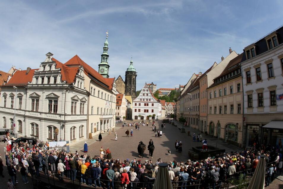 Lebendiges Canalettobild in Pirna: Der Retter-Verein stellt alljährlich auf dem Markt eine Szene aus einem Bild des Künstlers nach. Auch das Foto ist aus des Malers Perspektive aufgenommen.