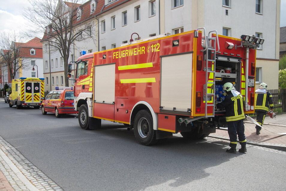 Zahlreiche Feuerwehrleute rückten am Montagvormittag zu einem Brand in einem Mehrfamilienhaus an der Belmsdorfer Straße in Bischofswerda aus.