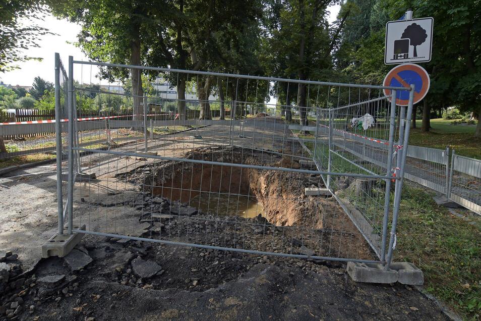Das Loch in der Harthaer Sonnenstraße hat sich mit Wasser gefüllt. Das tritt aber an einer anderen Stelle aus.