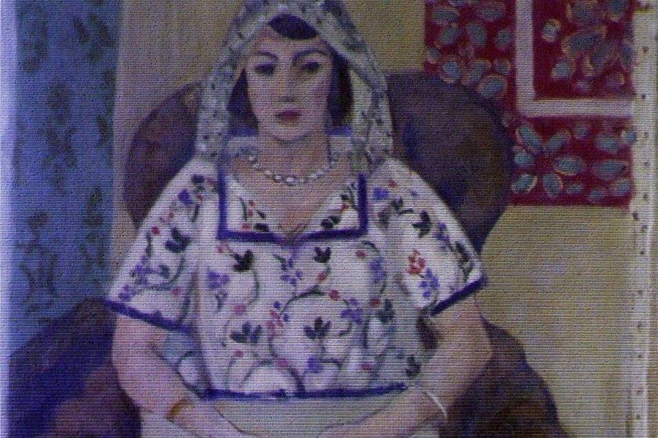 """Henri Matisse: Die Frauenbilder des Franzosen Henri Matisse füllen Bände. Lange bevorzugte er die Dunkelhaarigen, wie die Balletttänzerin Henriette Darricarrère. Sie war sieben Jahre lang sein Modell in Nizza. Dort könnte um 1920 das Porträt einer sitzenden Frau entstanden sein, darauf verweist die ornamentale Ausschmückung des Raums. Das Bild, das nicht im Werkverzeichnis enthalten ist, stammt von einem der Beutezüge, die Hitlers Chefideologe Alfred Rosenberg in ganz Europa unternahm, allein in Frankreich wurden Kunstobjekte in über 50 Orten konfisziert. Das Frauenporträt beschlagnahmte Rosenbergs Einsatzstab 1942 aus einem Banktresor im französischen Libourne. Kunsthändler Hildebrand Gurlitt war selbst mehrfach in Frankreich, er arbeitete dem Stab zu und sammelte Werke für das geplante """"Führermuseum"""" in Linz."""