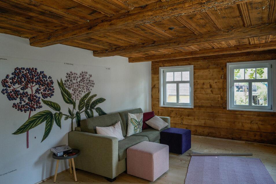 Die Flieder-Wohnung befindet sich in der ehemaligen Blockstube des Haupthauses. Diese wurde erhalten und liebevoll saniert.