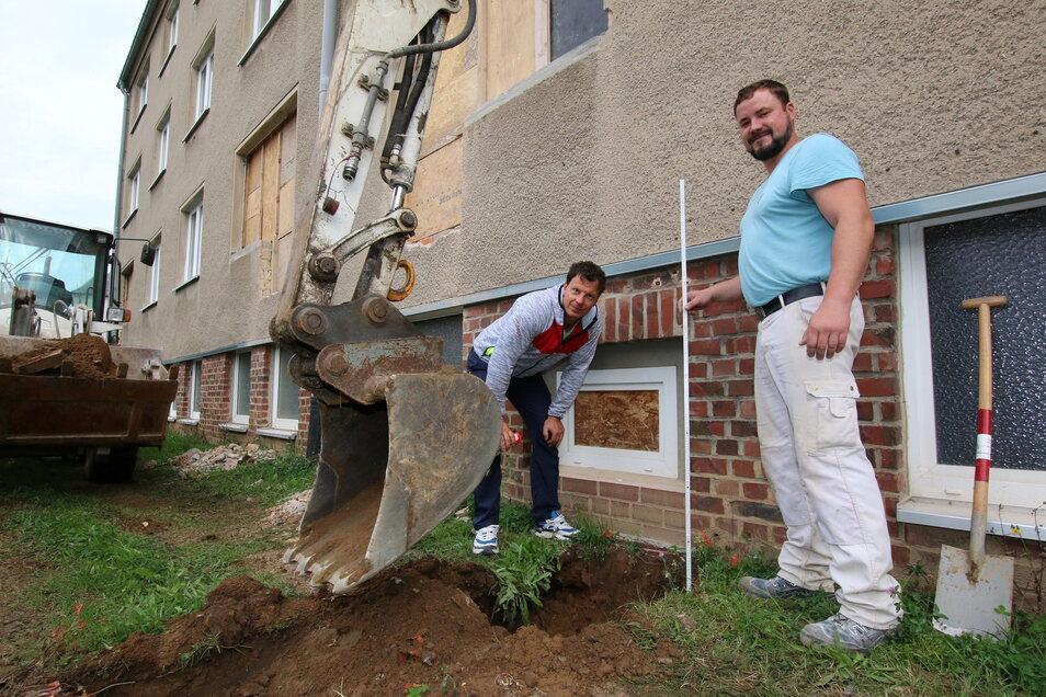 """Raphael Ludwig (links) macht sich ein Bild von der Lage. Jens Kluge ist der Polier vor Ort. Hier werden gerade Fundamente am neuen """"Ungarnblock"""" in Hartha angelegt."""