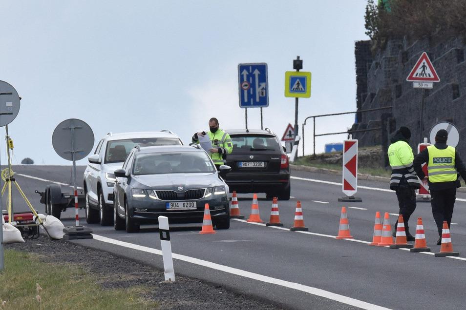 An der tschechischen Grenze wie hier in Cinovec/Zinnwald müssen Pendler aktuelle Bescheinigungen vorweisen.